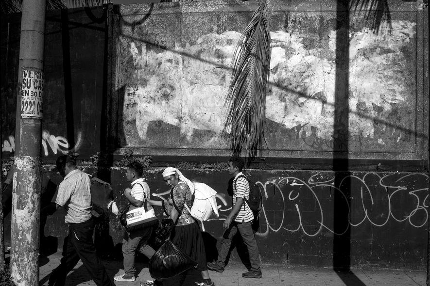 San Salvador, El Salvador. 31 de octubre de 2018. Al llevar poco más que mochilas, los migrantes dependían de la amabilidad de los habitantes de los pueblos que atravesaban para que les proporcionaran comida, ropa y un lugar donde descansar.