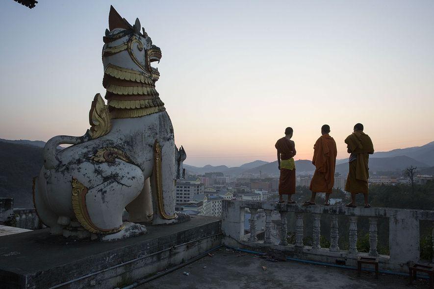 Los monjes contemplan la ciudad de Mong La, donde muchos chinos cruzan la frontera hacia Birmania por el juego, la prostitución y los productos ilegales de vida silvestre.