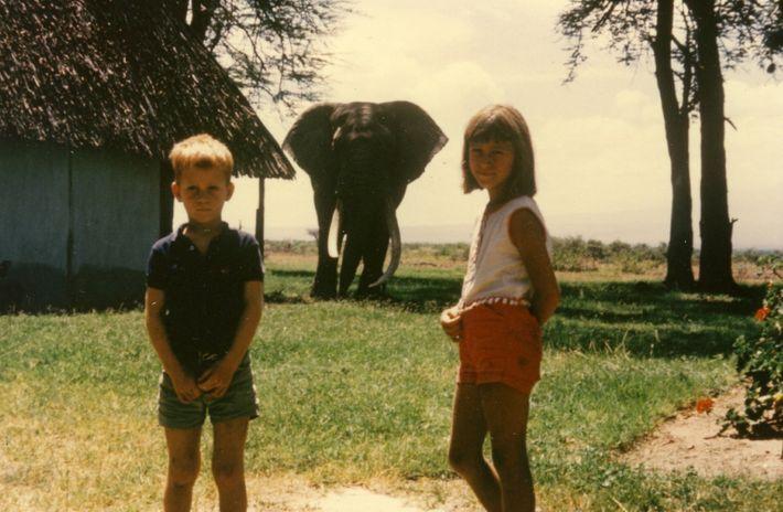 Poole junto a su hermano, Bobby, y un elefante llamado Odinga