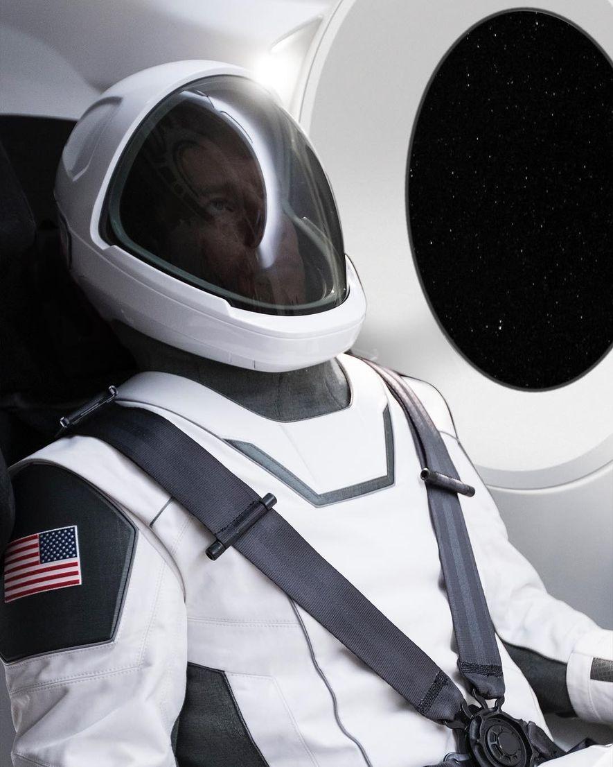 «Primera imagen del traje espacial de SpaceX. Revelaremos más en los próximos días. Debo señalar que ...