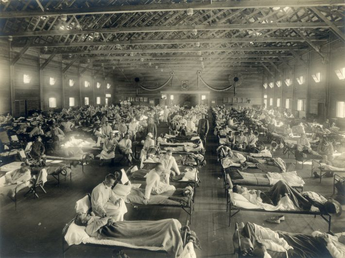 Camas con pacientes en un hospital de emergencia de Kansas, en medio de la epidemia de ...