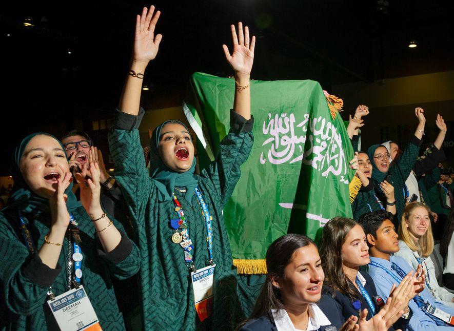 Shouq Faisal Madani, de Dhahran, Arabia Saudí, festeja con sus amigas durante la Gran Ceremonia de …