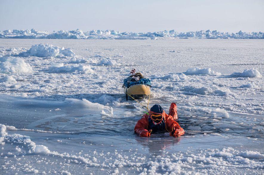 La banquisa ártica cerca del Polo Norte es tan delgada que a veces Eric Larsen tiene …
