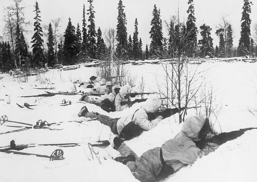 Esquiadores fineses defendiendo su posición a las afueras de un bosque en el norte de Finlandia, el 12 de enero de 1940.