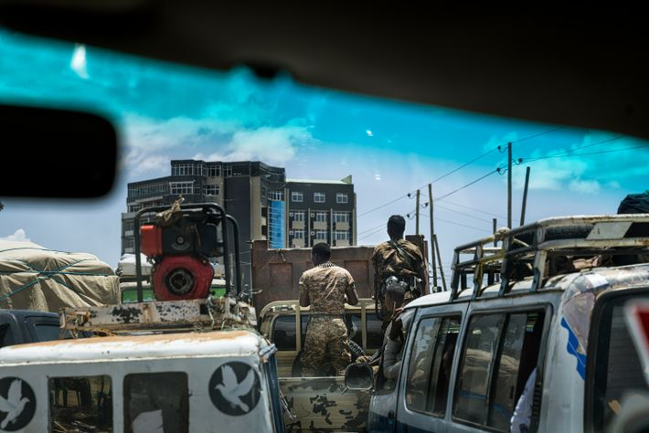 Los soldados etíopes conducen entre el tráfico de Mekele