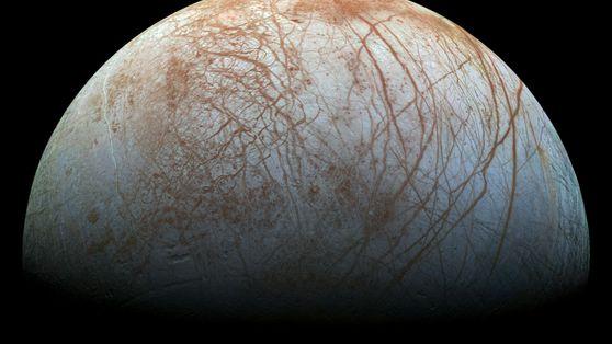 Una de las lunas heladas de Júpiter podría brillar en la oscuridad