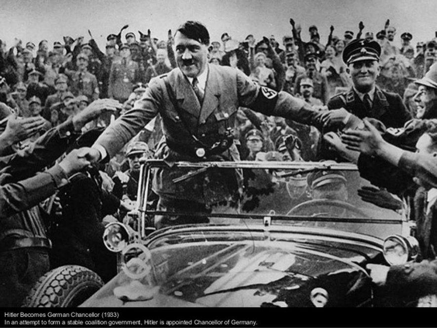 Hitler es aclamado por sus seguidores en Nuremberg Alemania)