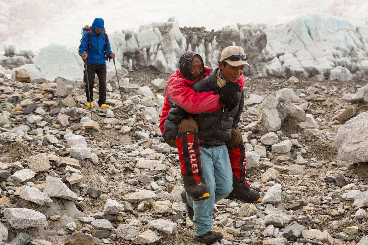 Un sherpa rescata a un hombre