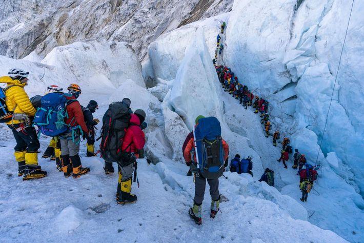 Una fila de escaladores