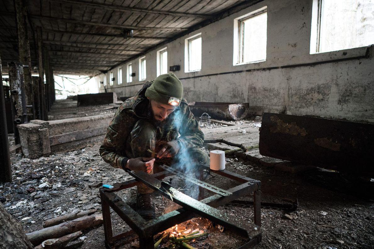 Knyazev enciende una hoguera