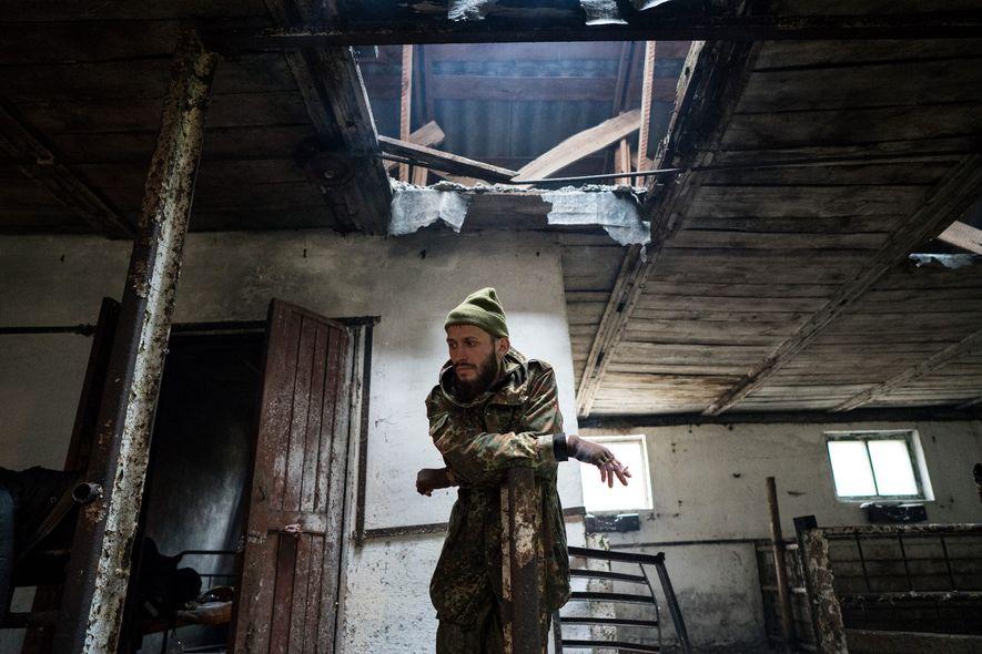 Knyazev (a quien apodan JimmSide) descansa en un cobertizo abandonado durante su trayecto a Prípiat. «Me ...
