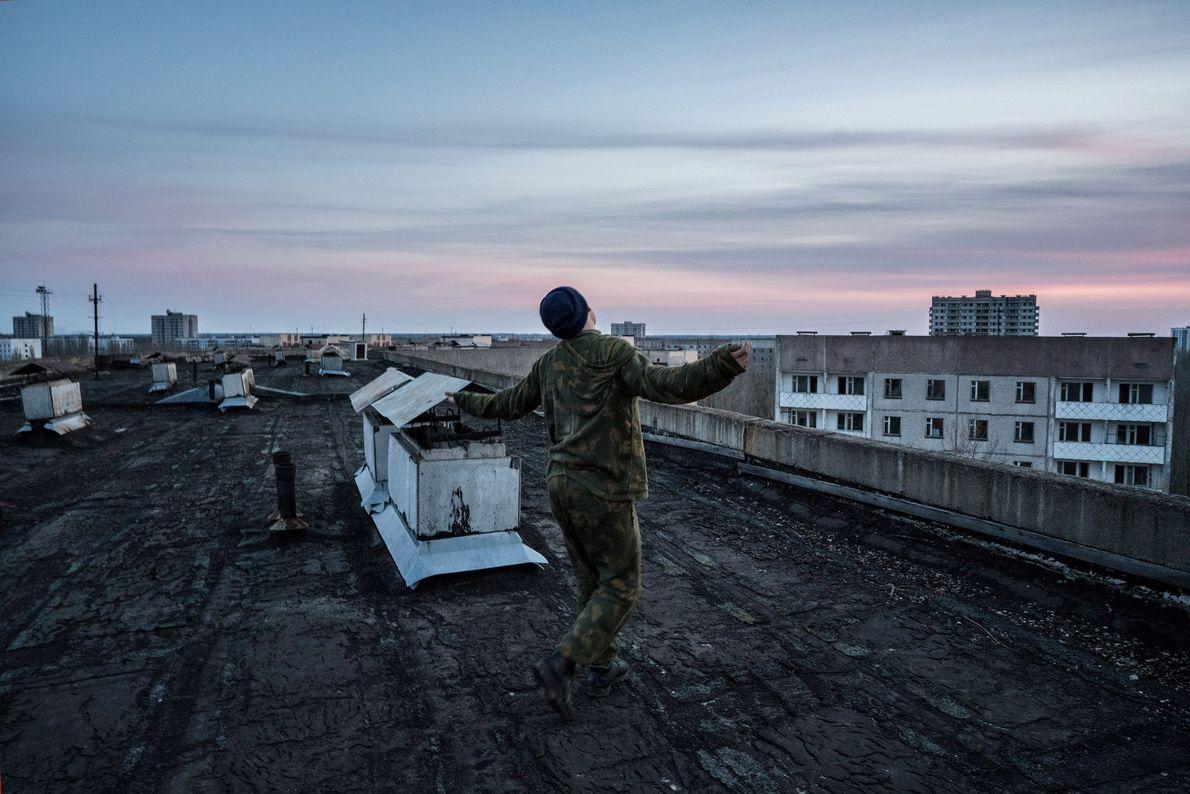 Un stalker baila en un tejado