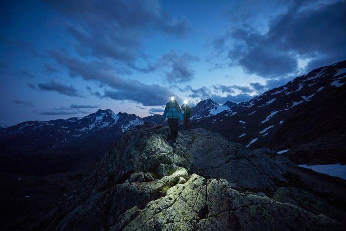 Una pareja recorre un sendero en el parque del glaciar Val Senales