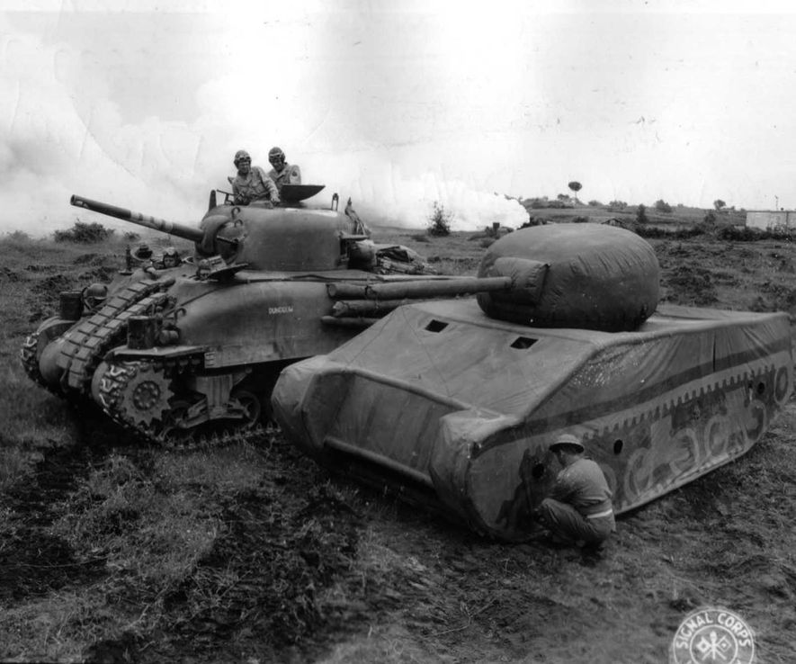 Un carro Sherman real junto a un señuelo hinchable.