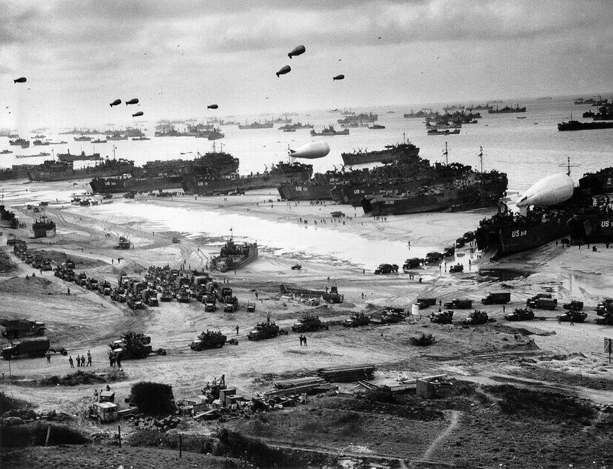Buques de carga norteamericanos depositando pertrechos y armamento en los días posteriores al desembarco aliado.