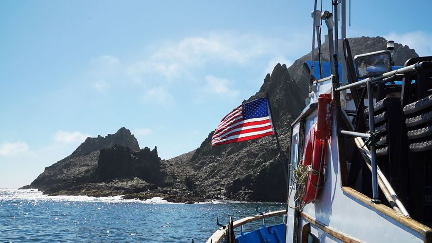 El barco del equipo, llamado Silver Fox, se desplaza por aguas poco profundas que aportan relativa ...