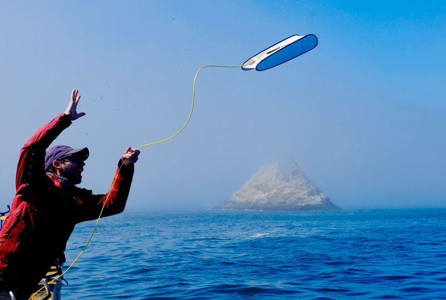 Eric Stackpole, cofundador de Open ROV, lanza un Trident por la borda en las aguas del ...