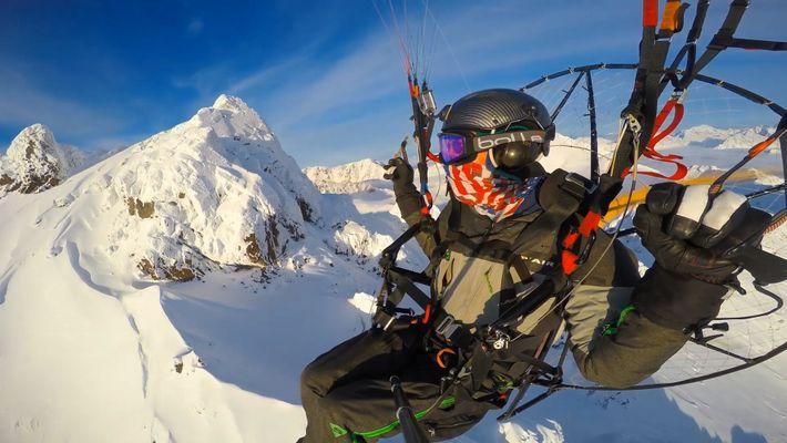 Vuela en paramotor sobre las montañas Chugach y el glaciar Knik de Alaska