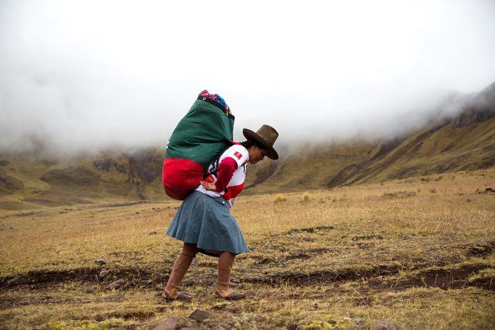 Porteadora en los Andes