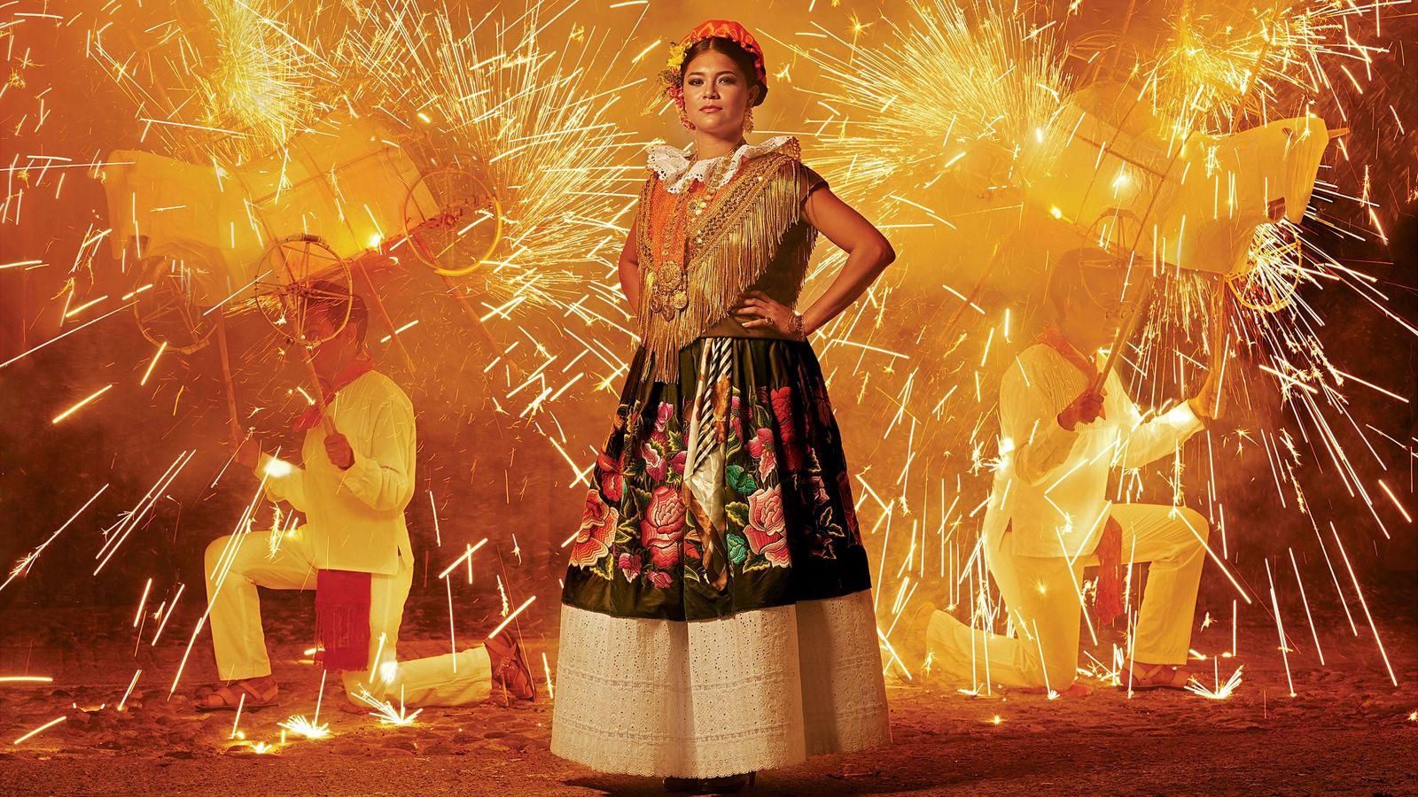 Una mujer con un vestido tradicional de Tehuana