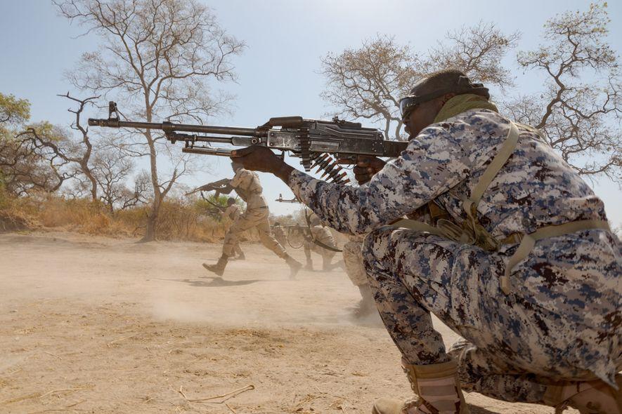 Parque nacional de Zakouma, Chad: Los ejercicios de disparar y avanzar con munición real forman parte ...