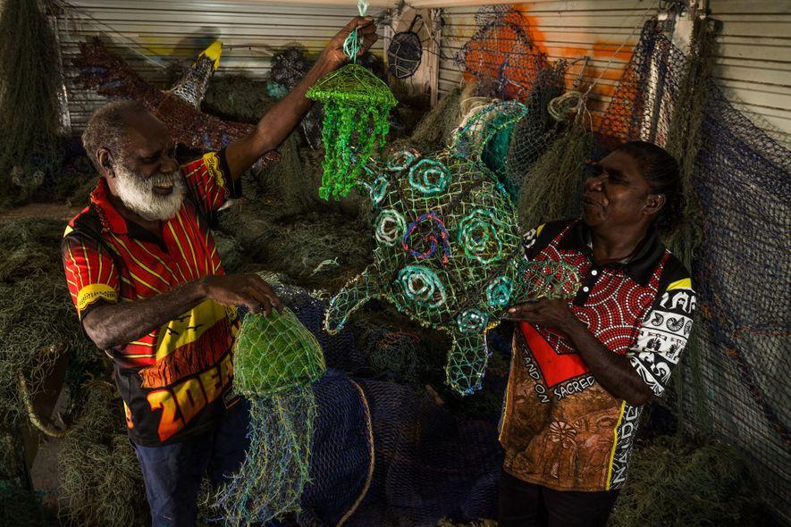 Sid Bruce Short Joe y Christine Holroyd, del Centro de Arte y Cultura Pormpuraaw, utilizan redes ...
