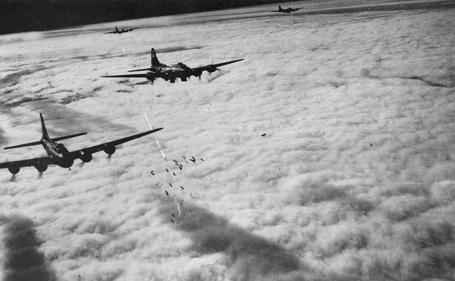 Los bombarderos norteamericanos B-17 se sirvieron del radar para atacar por encima de las nubes.