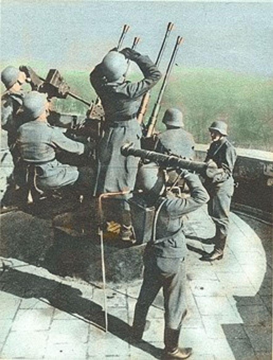 Un Flakvierling 38 y su dotación en la torre del zoo de Berlín.