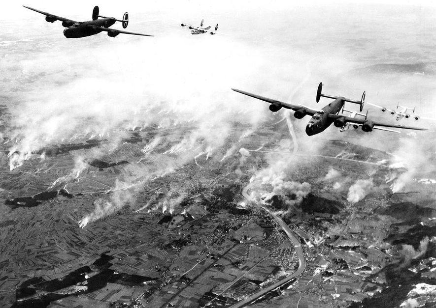 Una formación de B-24 del general de división Nathan F. Twining de la 15ª Fuerza Aérea de Estados Unidos ataca las líneas férreas cerca de Salzburgo, Austria.