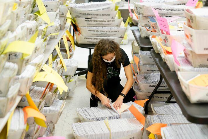 Talai Benducci clasifica los votos por correo