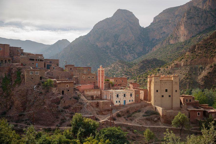 Una mezquita y su minarete interrumpen el paisaje montañoso de Zaouiat Ahansal, la última aldea de ...