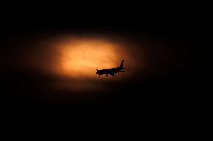 Fotografía de un avión que desciende en Ciudad de México