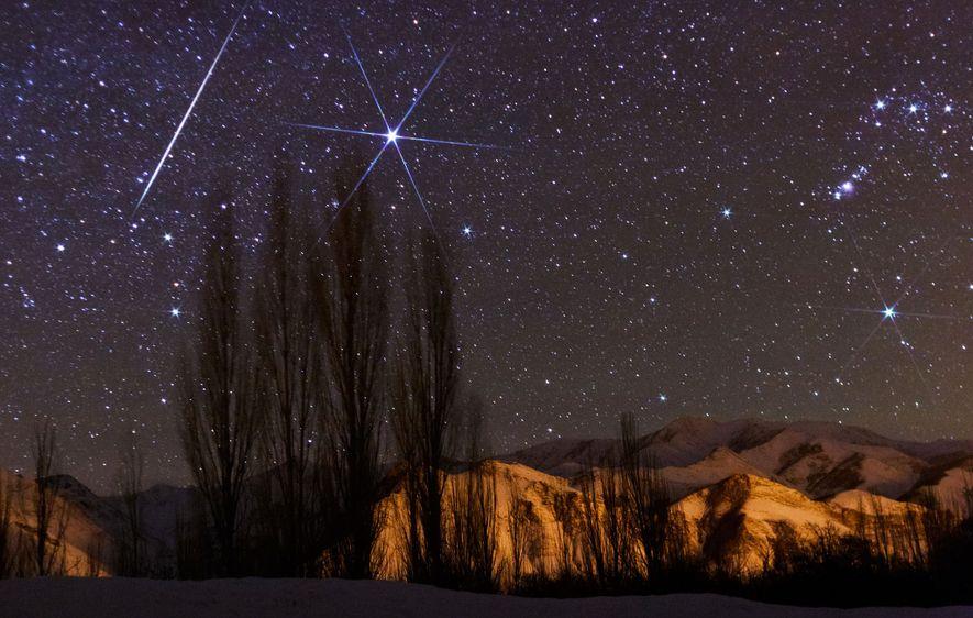Un brillante meteoro atraviesa el cielo durante la lluvia de meteoros anual de las Gemínidas.