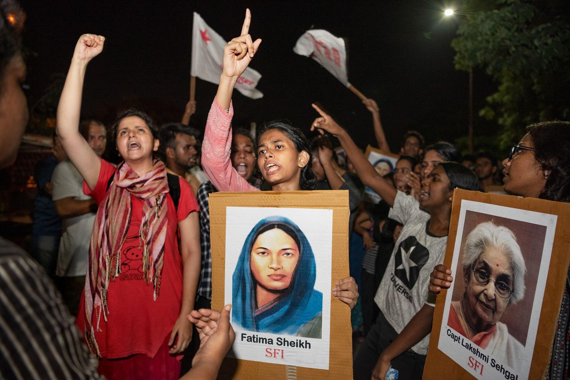 Las alumnas de la Universidad Jawaharlal Nehru de Nueva Delhi llevan pancartas de activistas de género ...