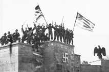Soldados estadounidenses celebrando la rendición