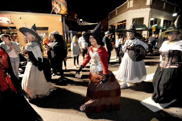 Vecinas disfrazadas de brujas marchan por Salem