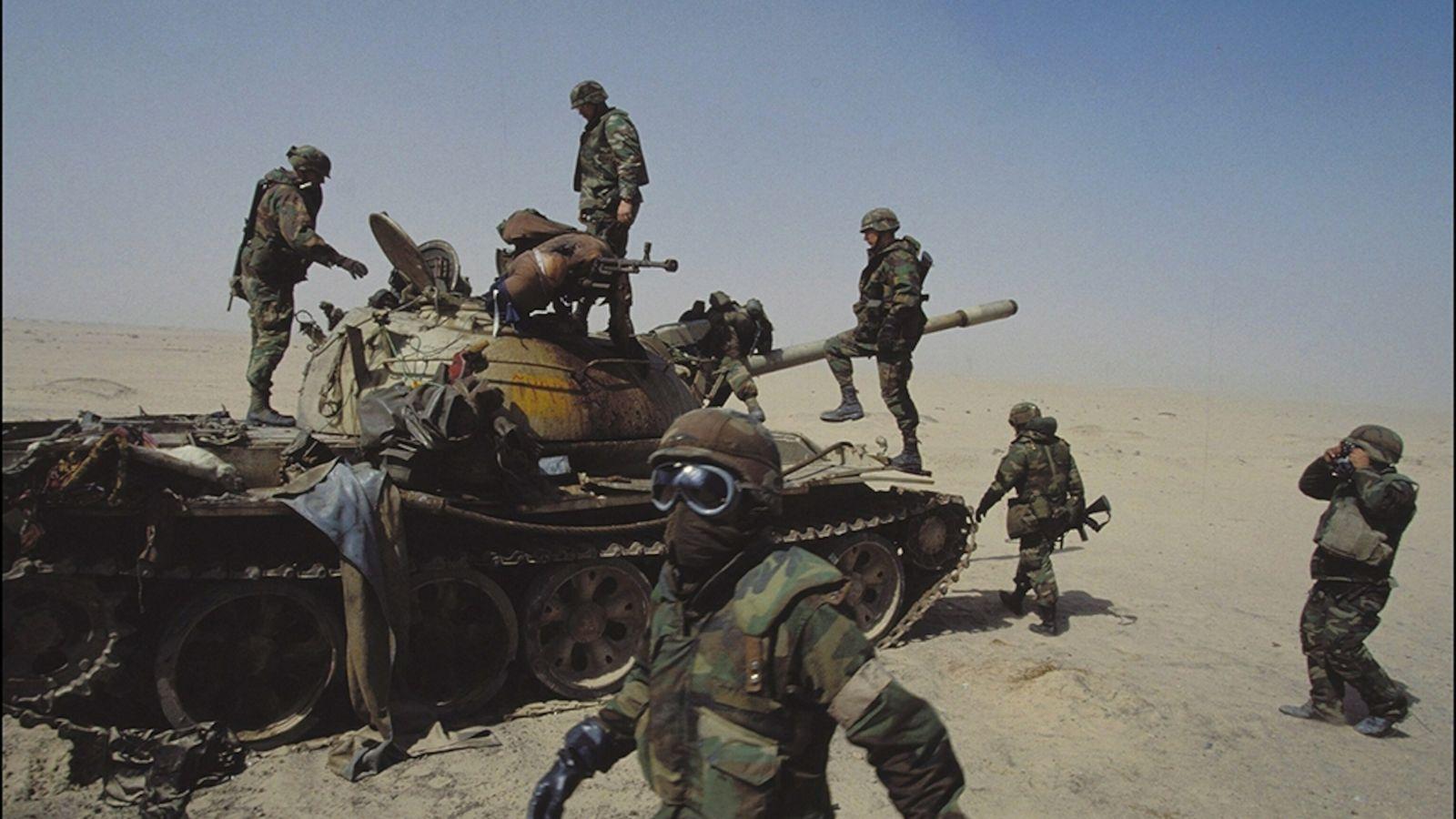 Los soldados estadounidenses examinan un tanque iraquí
