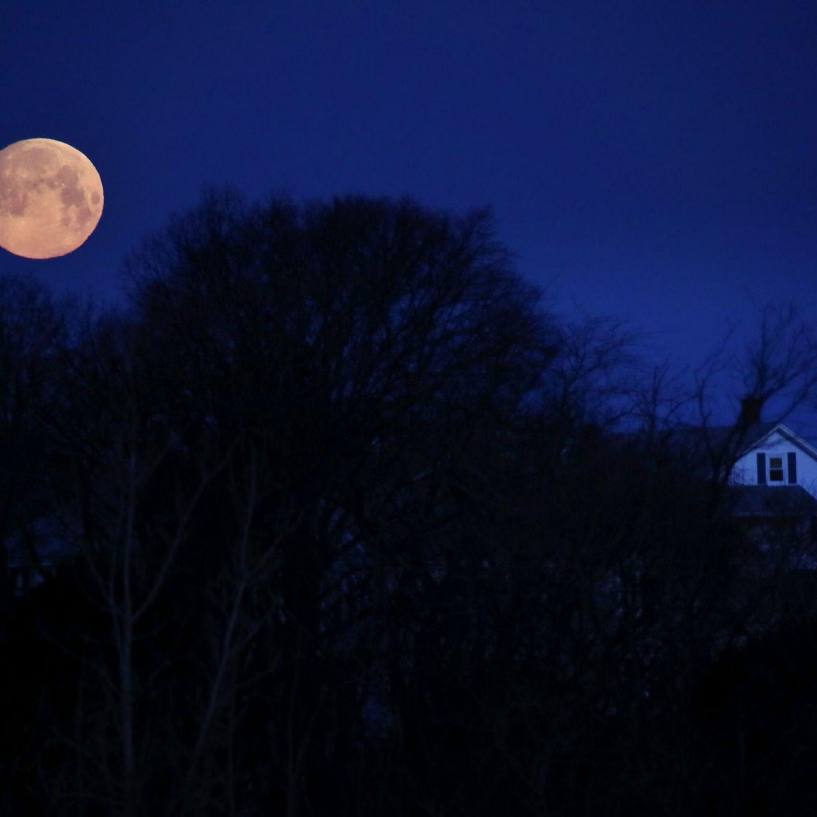 Una «superluna» se pone sobre el barrio de Dorchester, en Boston