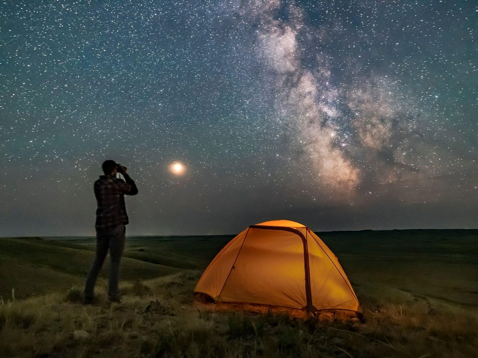 Un guía del parque nacional Grasslands observa la Vía Láctea