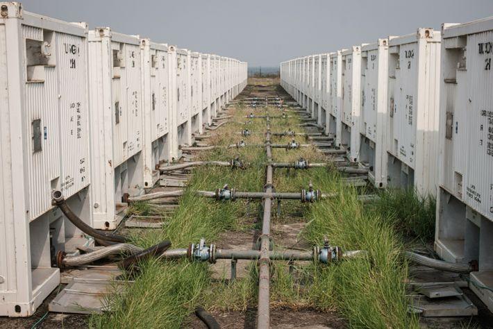Contenedores de crudo en un sitio de sondeos de exploración