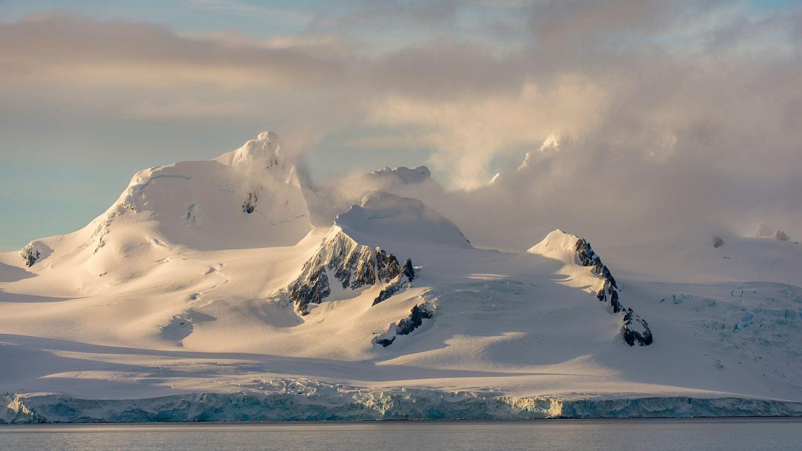 Isla Livingston en la costa de la Antártida