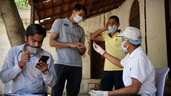 Trabajadores sanitarios del Ministerio de AYUSH reparten medicina ayurvédica