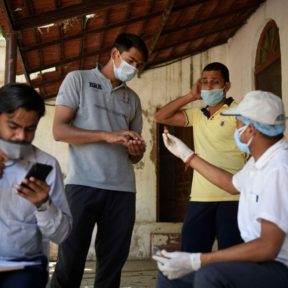 Los médicos indios protestan contra los tratamientos con plantas medicinales promocionados para la COVID-19