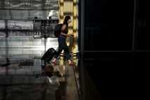 Fotografía de una pasajera en un aeropuerto