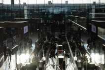 Los pasajeros hacen cola en el Aeropuerto de Brandenburgo