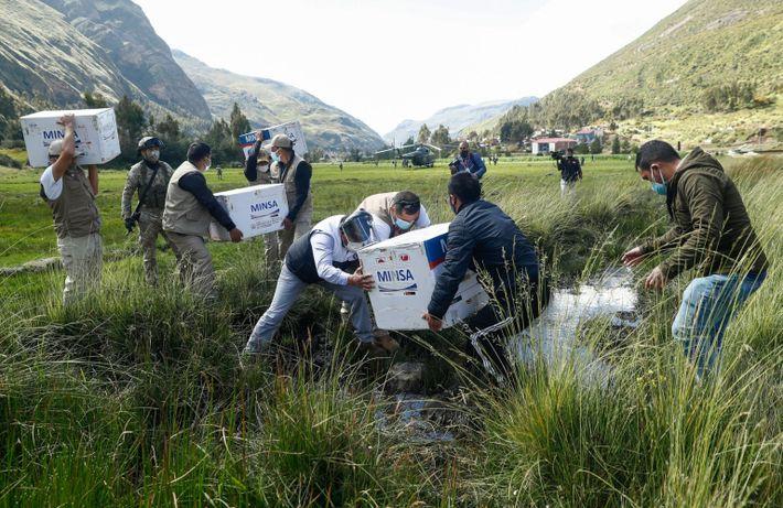 Llevando vacunas a los Andes