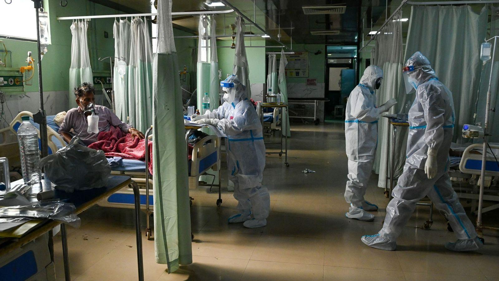 Fotografía de los sanitarios asisten a un paciente de COVID-19