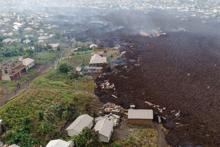 Los escombros rodean los edificios de la aldea de Bushara