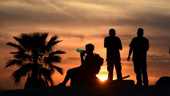 Una familia intenta combatir el calor en Los Ángeles, California