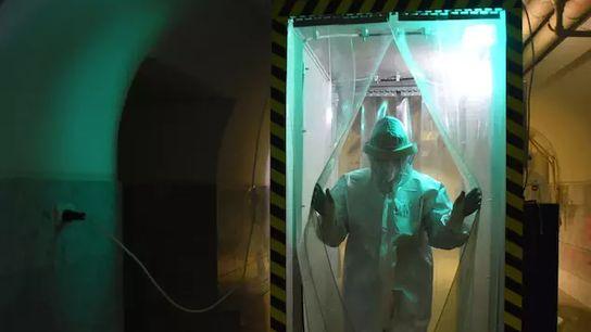 Un trabajador médico con equipo de protección